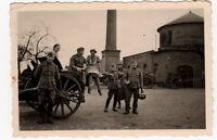 4/381 FOTO WEHRMACHT SOLDATEN KUTSCHE FRAUEN MARKANTES GEBÄUDE STAHLHELM ORDEN