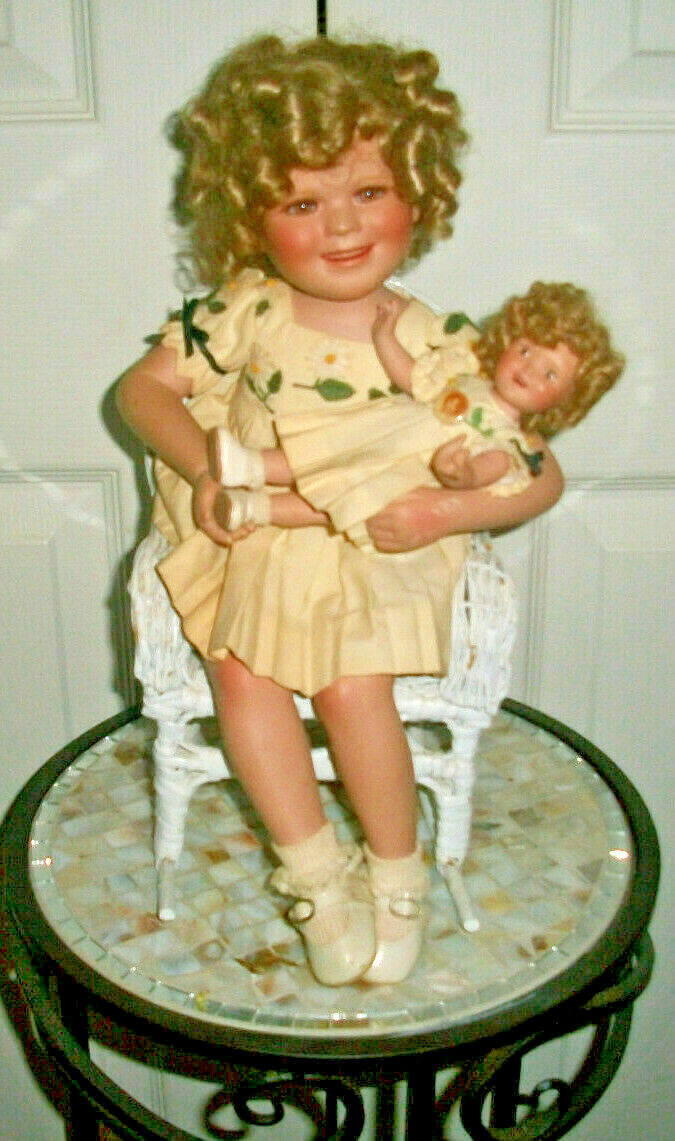Shirley Temple & Her Doll by Danbury Mint in a Weiß Wicker ROCKING Chair