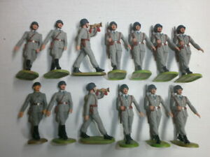 Konvolut-13-alte-Elastolin-Kunststoff-Soldaten-zu-7-5cm-Marschzug-Osterreicher