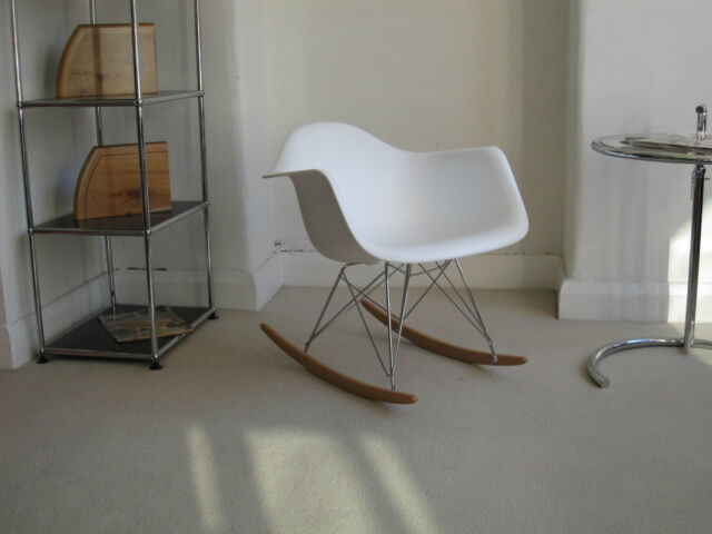 Repro RAR Rocking chair White Plastic with chrome Eiffel base with maple rockers
