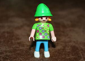 Playmobil-personnage-enfant-fille-robe-chapeau-maison-moderne-ref-hh