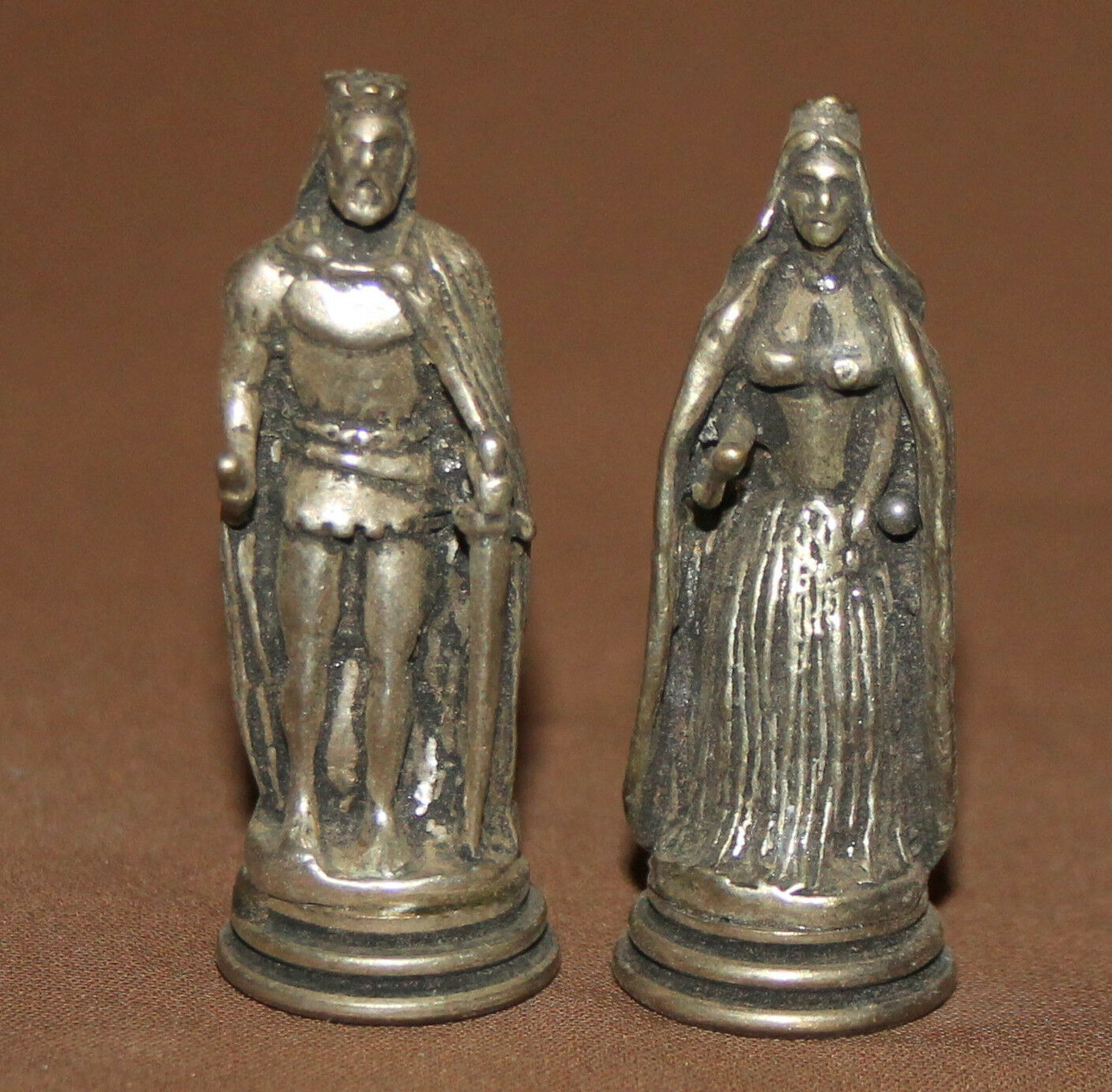 VINTAGE SET 2 SMALL METAL FIGURINES KING AND QUEEN