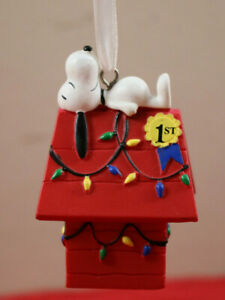 New Hallmark Charlie Brown Peanuts Snoopy Christmas Decorated Doghouse Ornament