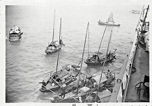 HONG-KONG-SAMPAN-BOATS-amp-CHINESE-PEOPLE-BESIDE-LARGE-SHIP-1959-SNAPSHOT-PHOTO