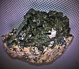 Epidot-gruener-Pistazit-Mexiko-Rohstein-gruene-Kristalle-CaAlFeSilikat-Sammler