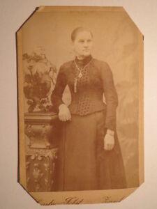 Zwickau-stehende-Frau-im-Kleid-CDV