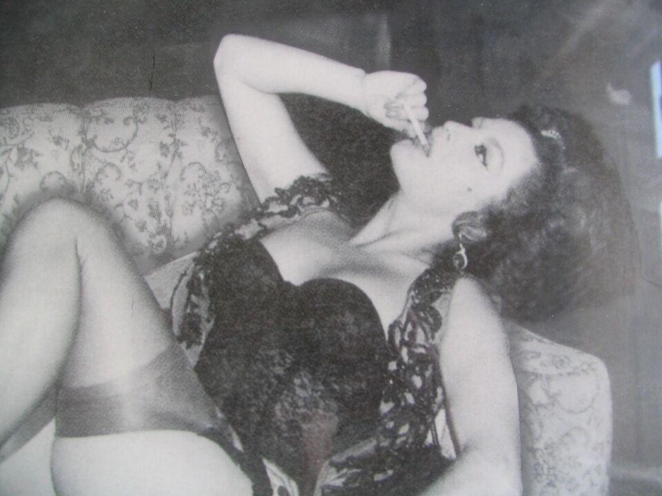 Foto, Ukendt fotograf, motiv: Halvnøgen kvinde på sofa