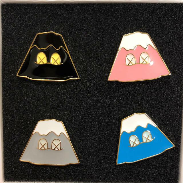 KAWS HOLIDAY JAPAN  Mount Fuji Pin Set  Offriamo vari marchi famosi