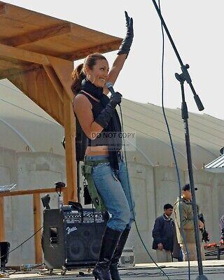 8X10 PHOTO ZZ-530 LEEANN TWEEDEN DURING USO TOUR IN IRAQ