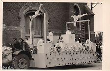 C202 Photographie vintage original fete char fleuri 1954 déguisement acrobate