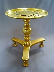 FINE ANTIQUE GEORGIAN BRASS TRIVET/KETTLE STAND WITH PIERCED TOP & FLORAL MOTIF