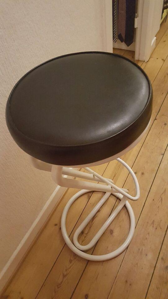 Anden arkitekt, Barstol, Hvid og sort stol