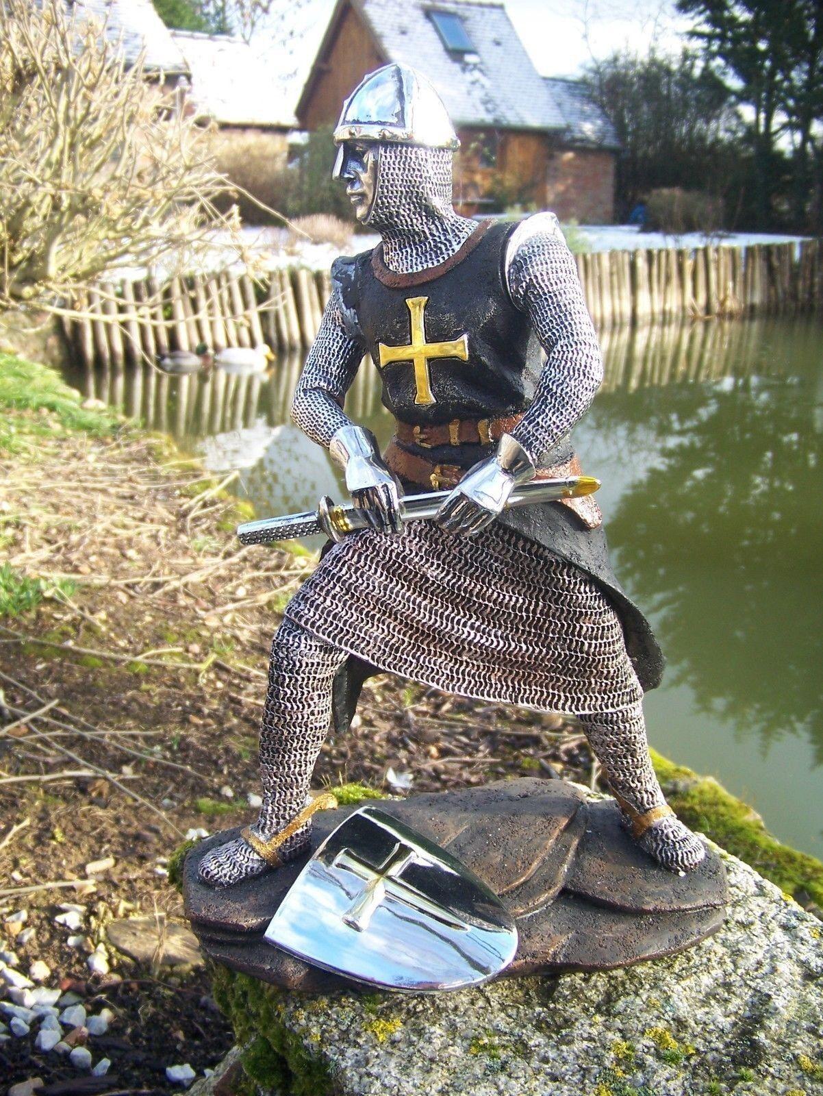 15107A  FIGURINE  STATUETTE CHEVALIER  ARMURE CROISE TEMPLIER  MEDIEVAL