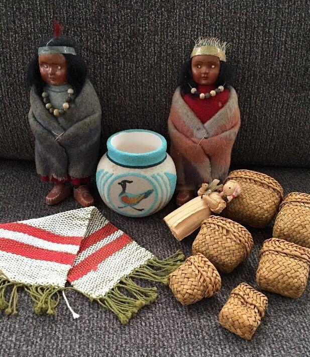 2 Muñecas indio Skookum Artisan Miniatura cestas tejidas a mano Alfombra Casa De Muñecas De Cerámica