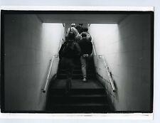 Photo noir & blanc ENGLAND scène de genre dans le couloirvers la lumière