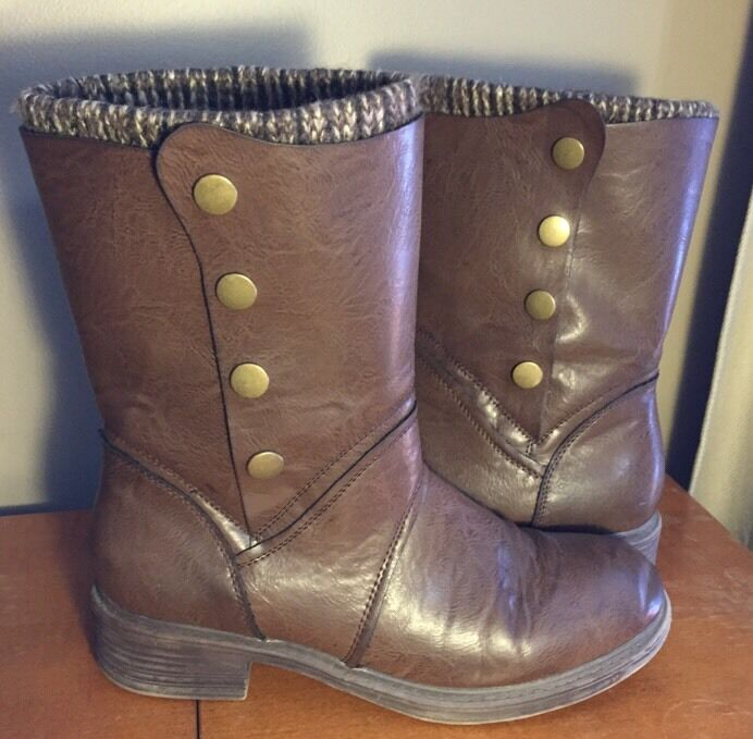 GH Bass & Co  Stiefel In Braun with faux sock and metallic accent buttons