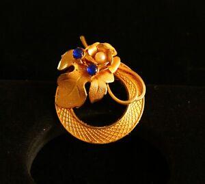 BROOCH-vintage-gold-tone-metal-wreath-flower-with-blue-rhinestones