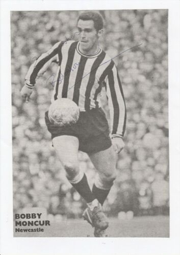 BOBBY MONCUR NEWCASTLE UTD 19621974 ORIGINAL HAND SIGNED ANNUAL CUTTING