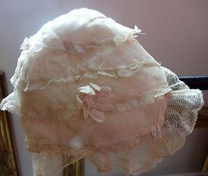 Vêtement ancien pour ce bonnet de petite fille en soie et Valenciennes - France - Type: Bonnet depetite fille Couleur: Ecrue Origine: France Matire: soie et dentelle - France