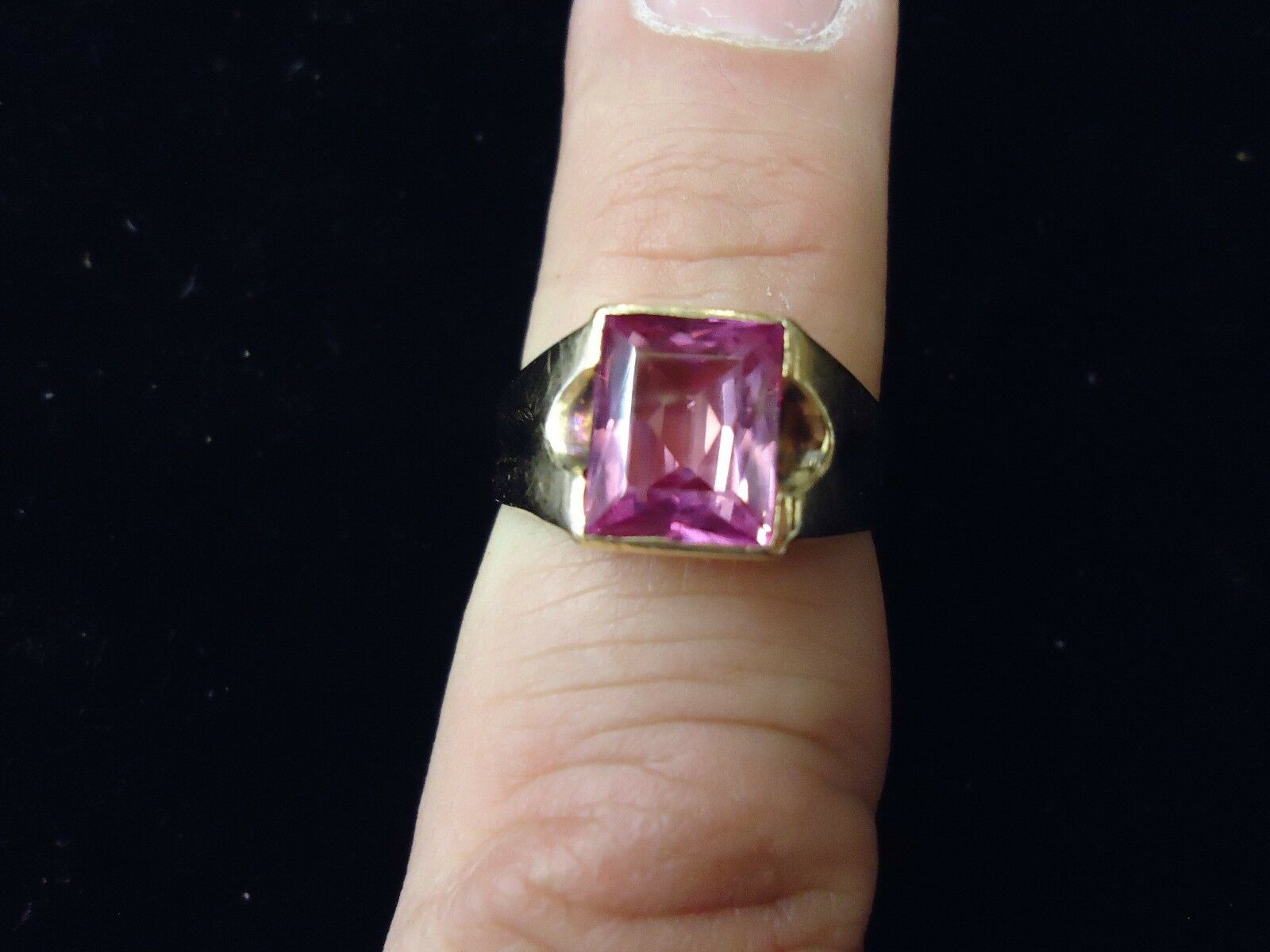 10 KT YELLOW gold MANS RING WITH PINK STONE SIZE 9