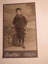 Berlin - stehender Junge in Winter-Kleidung mit Mütze - Schlittschuhe ? / CDV
