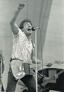 BRUCE-SPRINGSTEEN-PHOTO-1985-UNRELEASED-NEWCASTLE-UK-BLACK-amp-WHITE-12-INCH-X-8