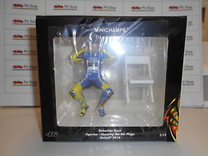 MINICHAMPS-VALENTINO-ROSSI-MOTOGP-14-CHECHING-THE-EAR-PLUGS-FIGURE-1-12