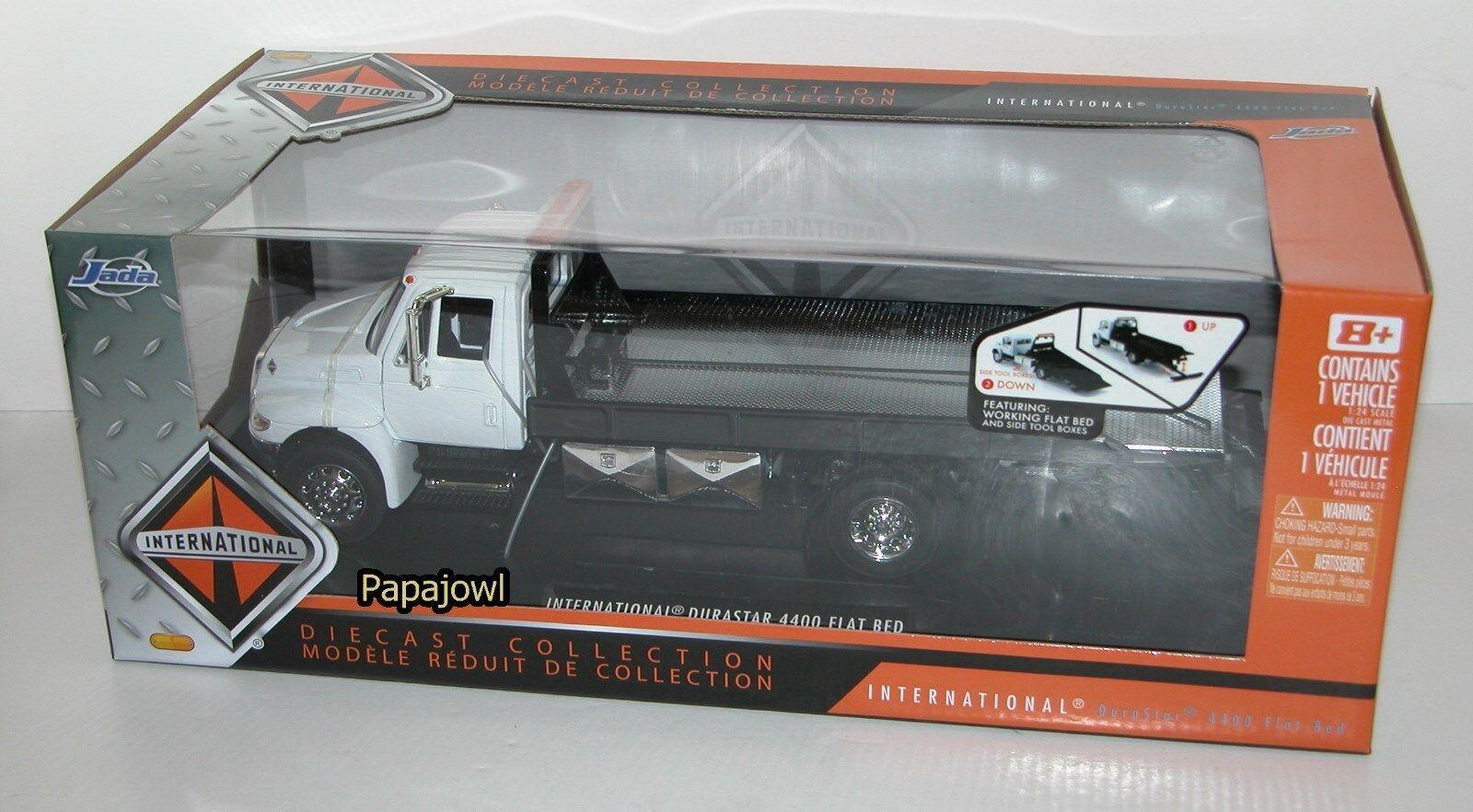 Jada Flat Bed Roll Back International Durastar 4400 Car Transporter 1 24