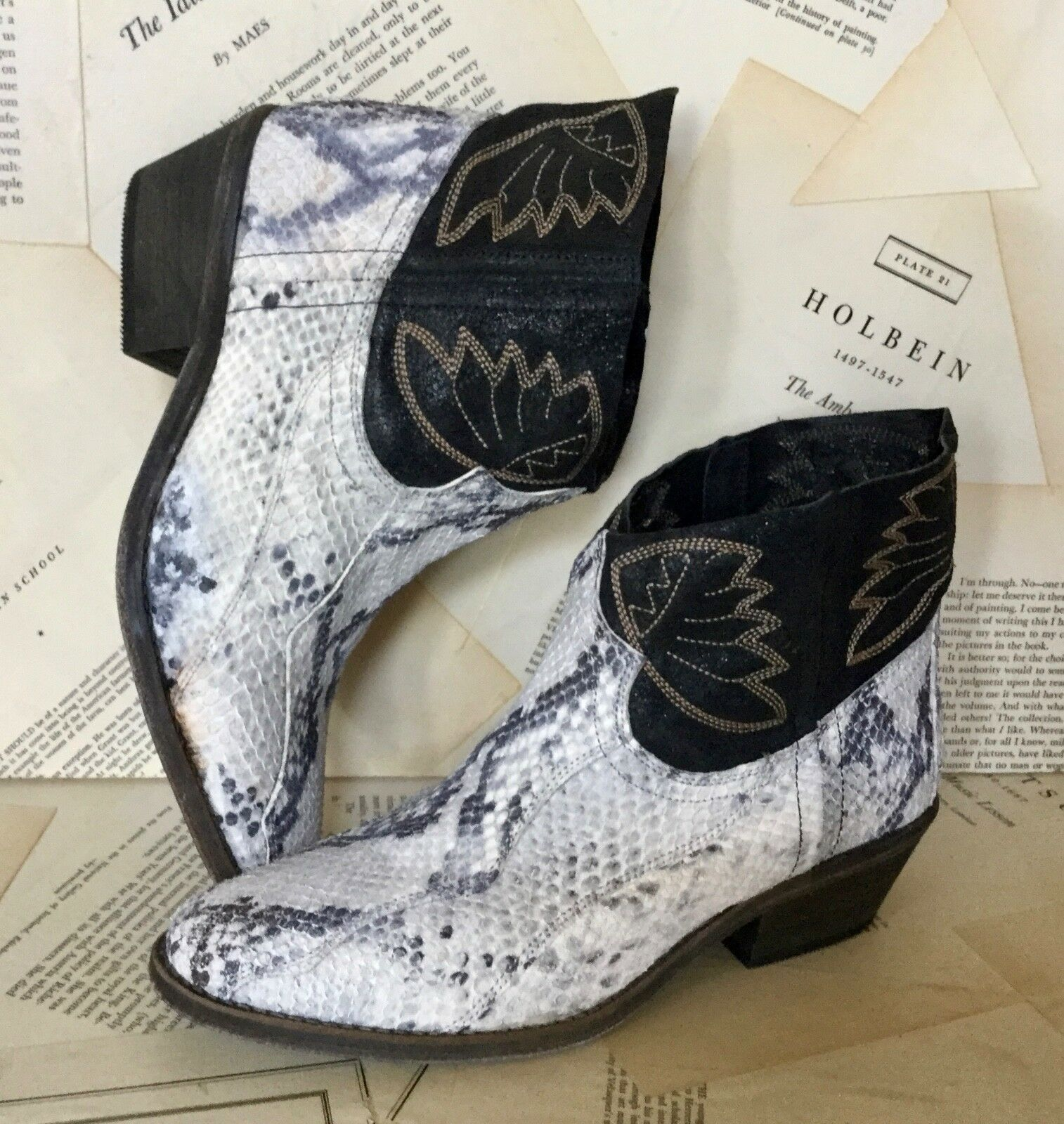NEW NEW NEW Free People schwarz Weiß Snake Emboss Embroiderot Ankle Wide Top Stiefel 38  7 715a13