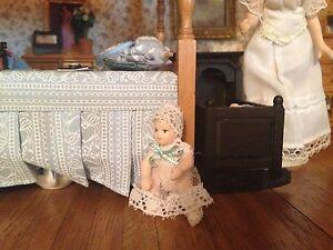 1:12 Échelle Maison De Poupées Enfant Bébé Fille En Dentelle Robe Nursery Accessoire-afficher Le Titre D'origine