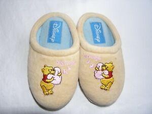 hot sale online 8dc38 cf69a Dettagli su Pantofole Disney con Winnie The Pooh beige gialline