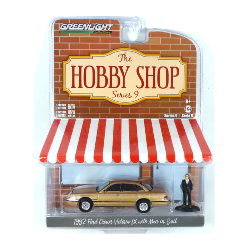 Greenlight 97090-E Ford Crown Victoria LX beige met The Hobby Shop 1:64 NEU!°