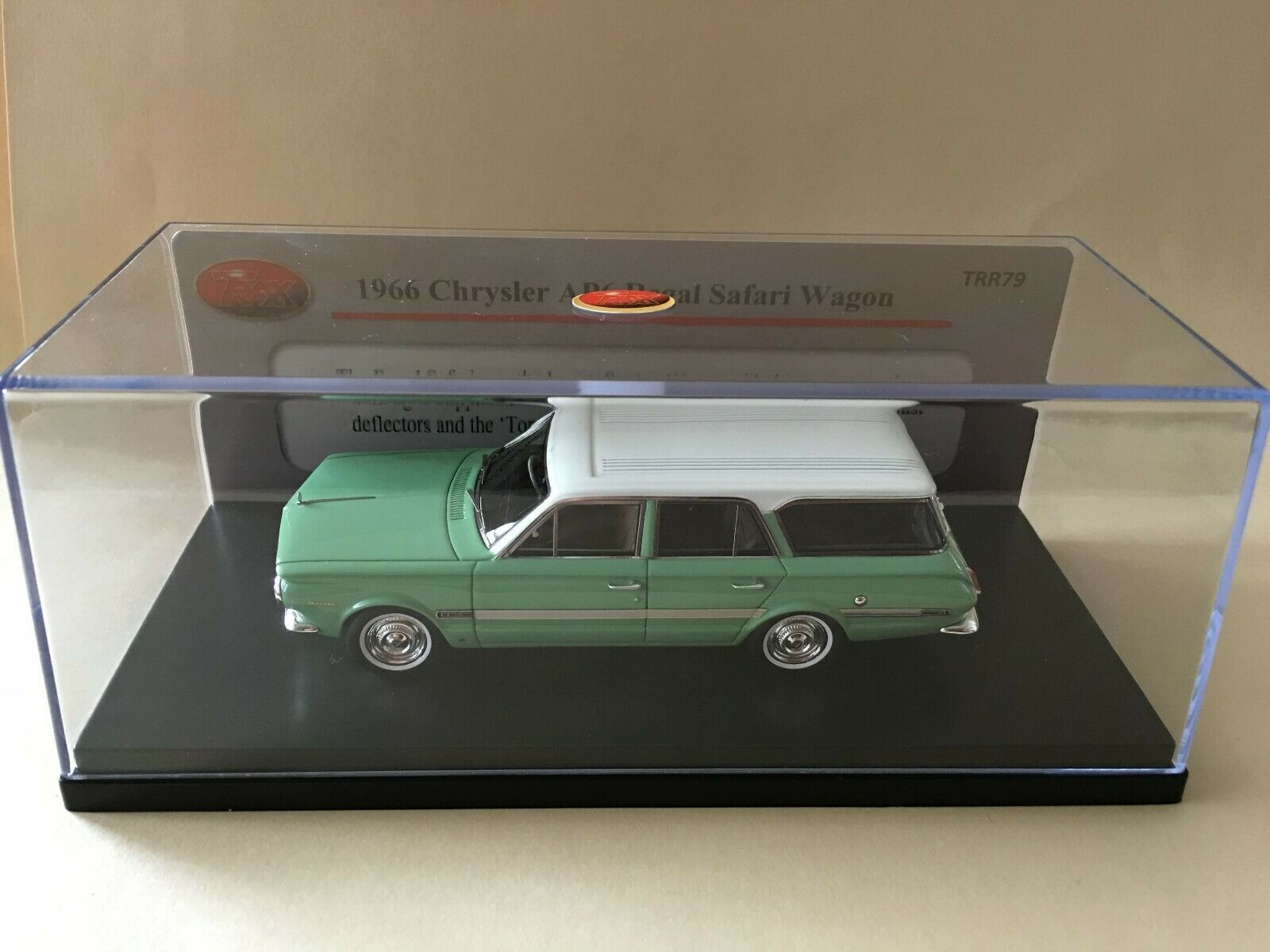 1 43 TRAX TRR79  1966 Chrysler AP6 Regal Safari Wagon - verde bianca roof