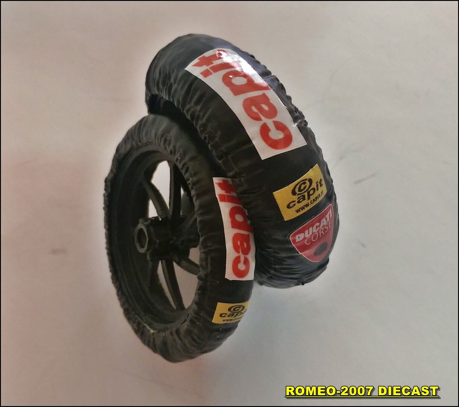 1 12 Tire Warmers Termocoperte Valentino Rossi Ducati GP 2011 Set to minichamps
