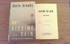 KISSING-THE-RAIN-AUTOGRAFATO-Kevin-Brooks-Copertina-rigida-2004-1st-EDIZIONE