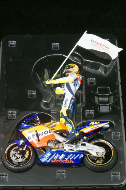 Honda RC211V + Pilota 1st Win moto GP 2002 V.Rossi 122021046 1/12 Minichamps