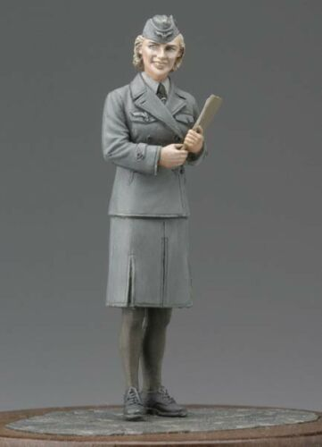 1:35 WW2 German Clerical Women Soldiers 1 High Quality Resin Kit