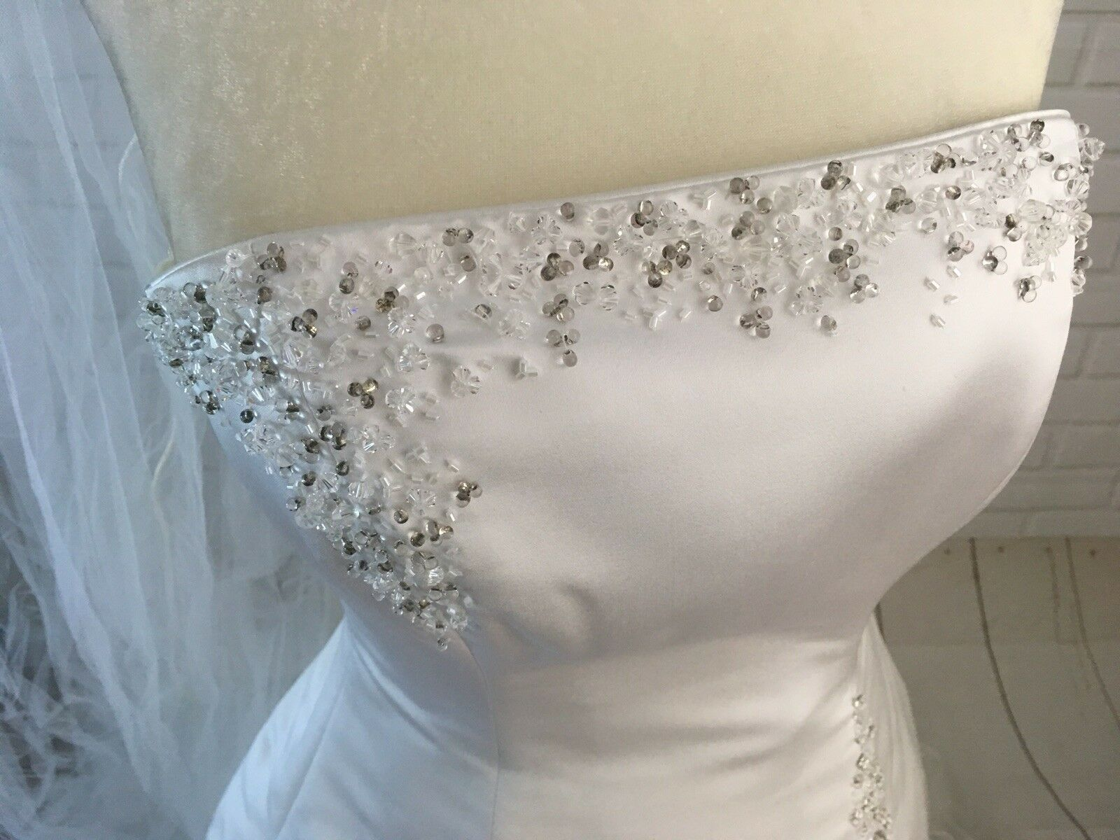 Wedding Dress Women's Size 6  With Vail Maggie So… - image 8
