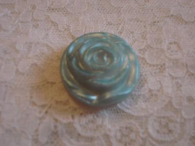 MERCERIE ANCIENNE   BOUTON  vintage bleu forme de rose   (2881)