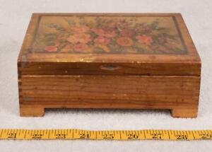 Vintage-Small-Cedar-Wood-Jewelry-Trinket-Box-Flower-Motif-g25