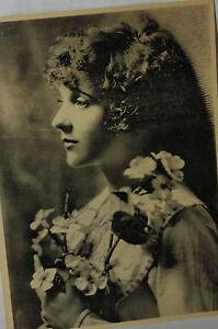 Lindo-Vintage-Foto-Of-a-Young-Nina-con-Rosas-y-Dasieys
