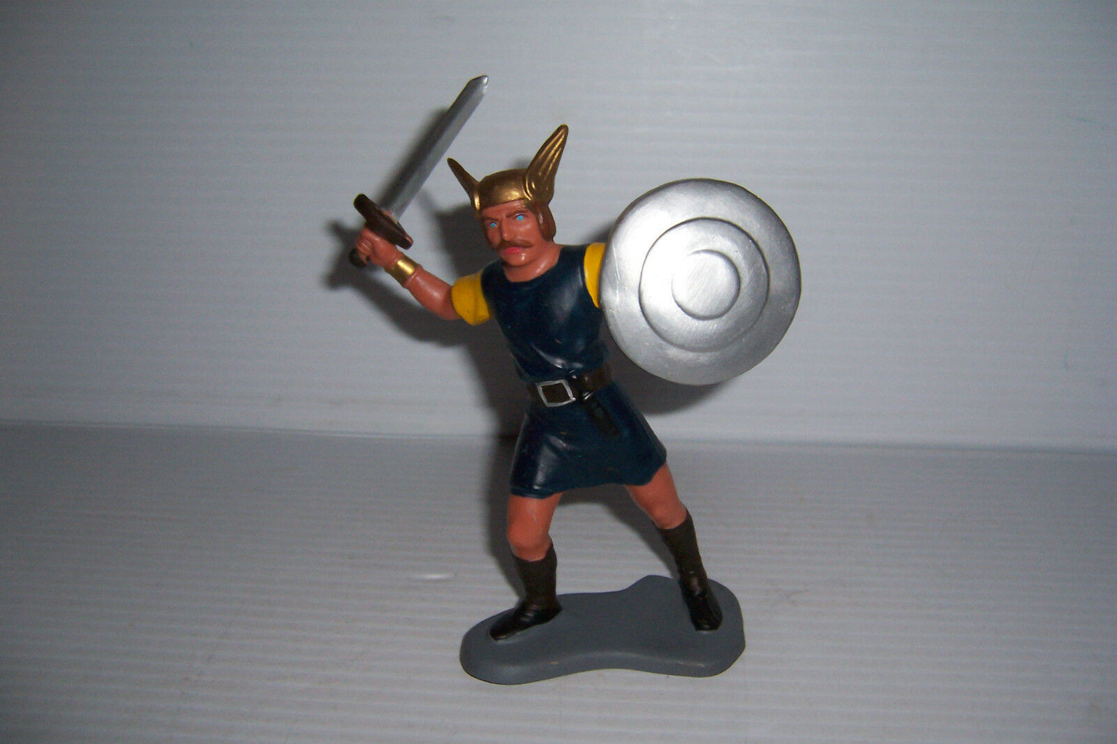 VINTAGE 1963 LOUIS MARX & CO VIKINGS  6  FIGURE WITH SWORD