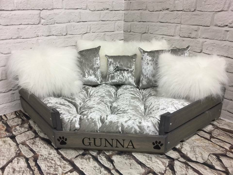 PERSONALISED grau CORNER DOG CAT BED WITH Silber VELVET & Weiß FLUFFY CUSHIONS