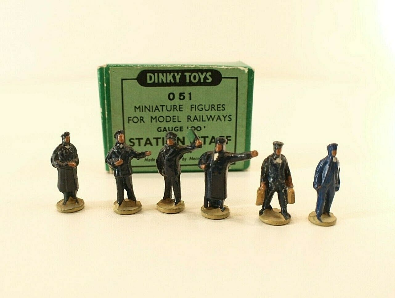 Dinky toys gb no. 051 6 employees station hornby series station staff