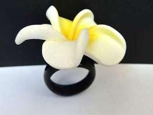 Hawaii-Modeschmuck-Fingerring-Frangipani-gelb-weiss