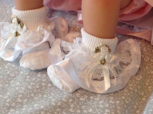 Blanc volantée dentelle Bébé chaussettes avec ruban et perle rose bordure taille 0-3 mois