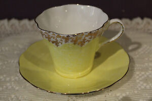 ELIZABETHAN ENGLAND YELLOW FLUTED GOLD TRIMMED TEA CUP AND SAUCER