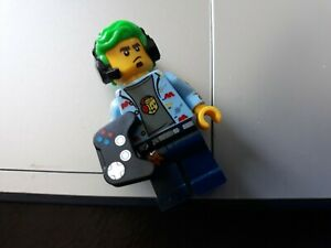 Lego-minifigure-gamer-with-control