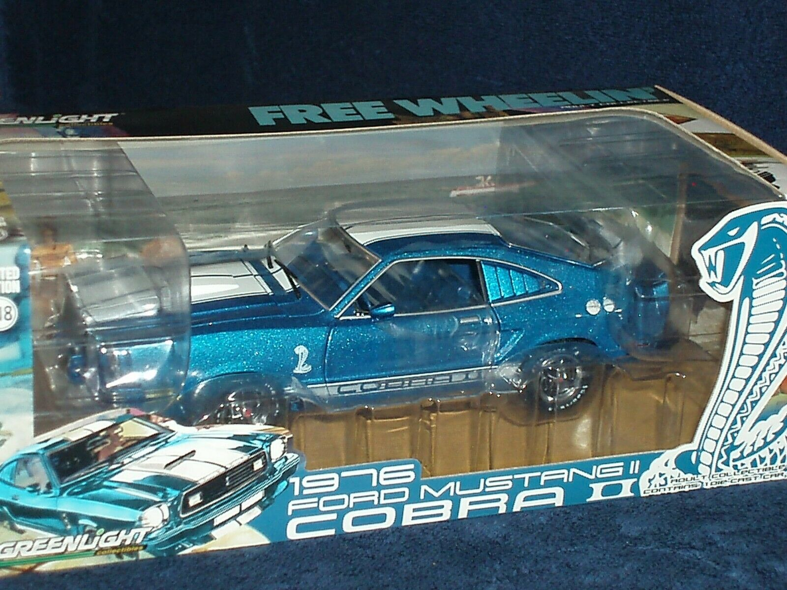 AUTO WORLD GREENLIGHT 1976 FORD MUSTANG COBRA 2 COUPE blueE 1 18