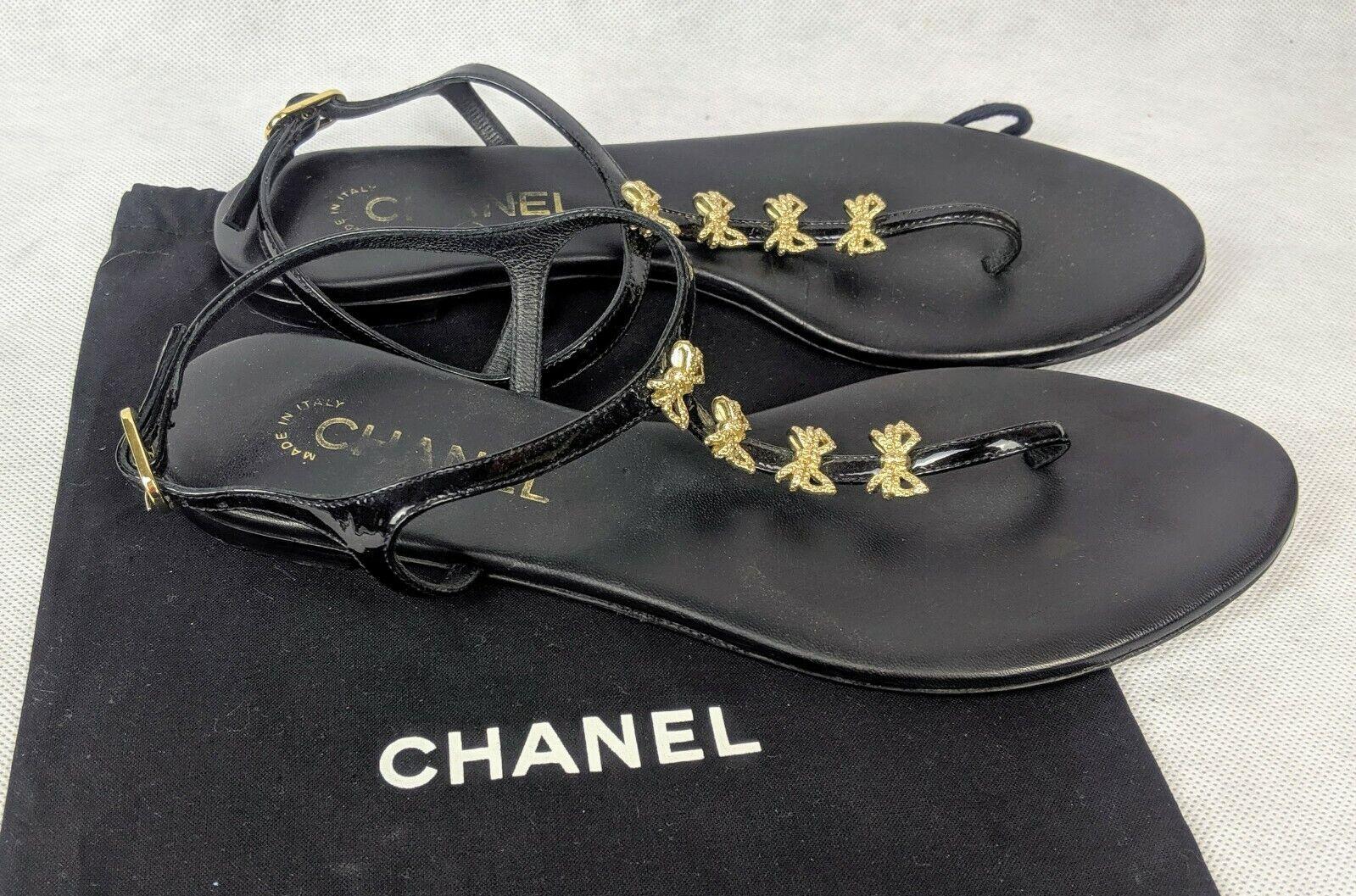 100% Autentico CHANAEL Patent  Leather Bow T -Strap Thong Sandals Dimensione 7.5   38  shopping online di moda